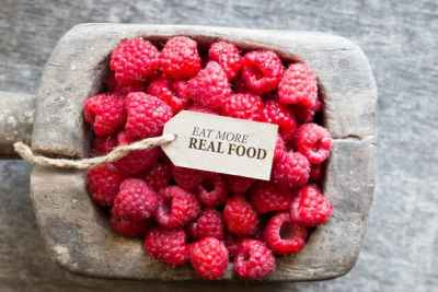 bowl-of-raspberries-and-note-that-reads-eat-more-real-food