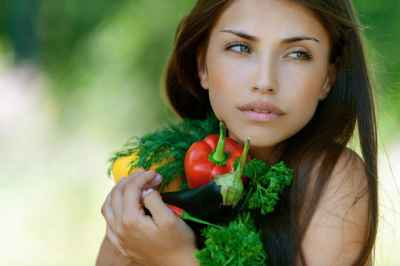 young-brunette-holding-fresh-vegetables