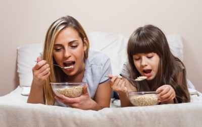 mother-and-daughter-eating-cereal