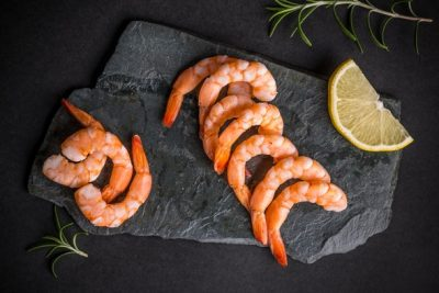 fresh-shrimp-on-stone-chopping-board